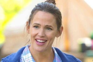 Jennifer Garner Is Adorable Even While Hawking Hair Products In The Bathtub