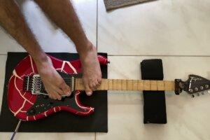 """Guitarist Totally Nails Playing GUNS N ROSES' """"Sweet Child of Mine"""" with His Feet"""