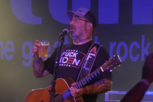 """Aaron Lewis Drunkenly Performs STAIND's """"It's Been A While"""" Twice In One Night Before Realizing It"""