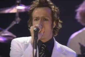 Watch Scott Weiland at his charismatic best fronting Stone Temple Pilots' 1997 MTV Spring Break Rocks set