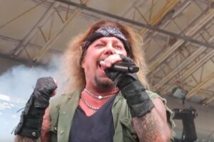 """Mötley Crüe's Vince Neil is """"Back Home and Resting After Breaking a Few Ribs"""" 